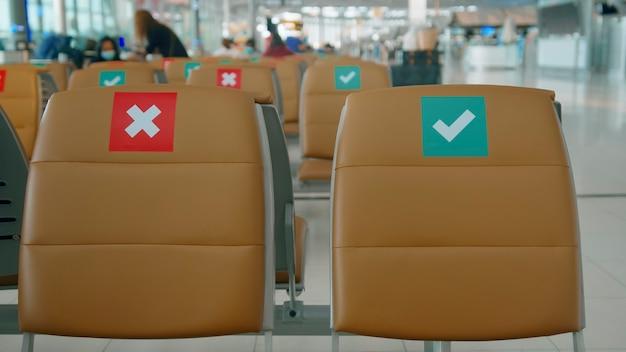 Sedie di distanziamento sociale in aeroporto internazionale