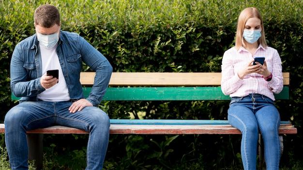 Concetto di allontanamento sociale nel parco
