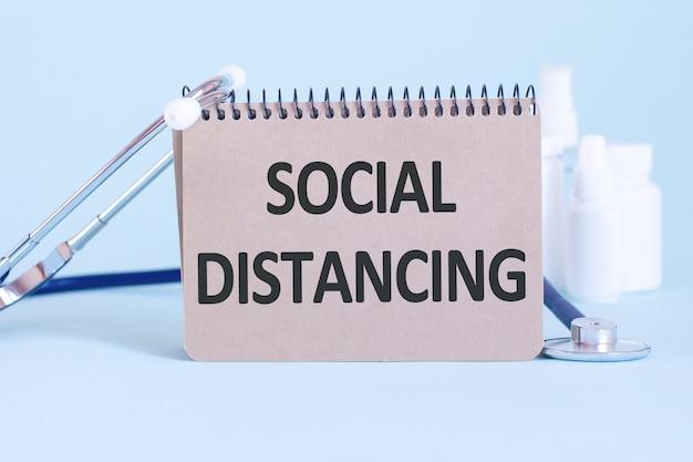 Distanze sociali - diagnosi scritta su un foglio di carta bianca. trattamento e prevenzione delle malattie. concetto medico. messa a fuoco selettiva
