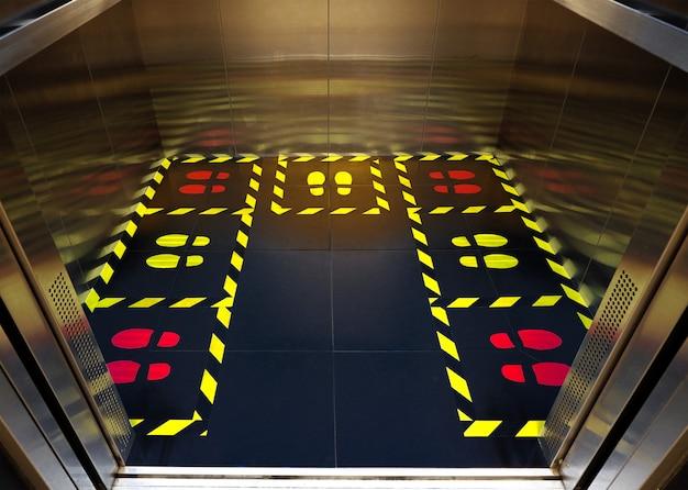 Segno di allarme sociale distane. zona di sicurezza sullo sfondo del pavimento dell'ascensore.