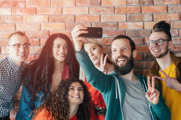Dipendenza dai social. fila le persone con gli smartphone. stile di vita dei millennials. tempo libero tecnologico.
