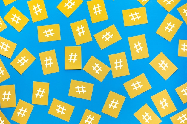 Social media e concetti di creatività con il segno di hashtag sulla carta da lettere. immagini di marketing digitale. potere di conversazione.