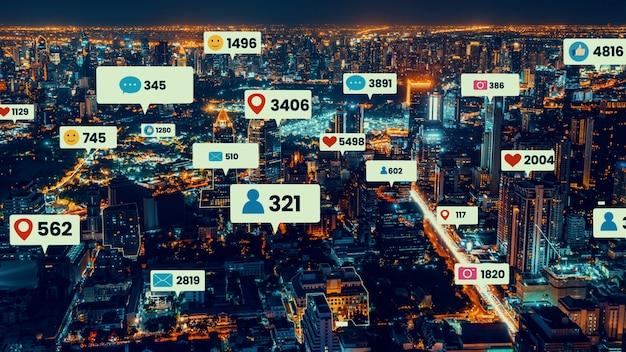 Le icone dei social media sorvolano il centro città mostrando la connessione di coinvolgimento delle persone