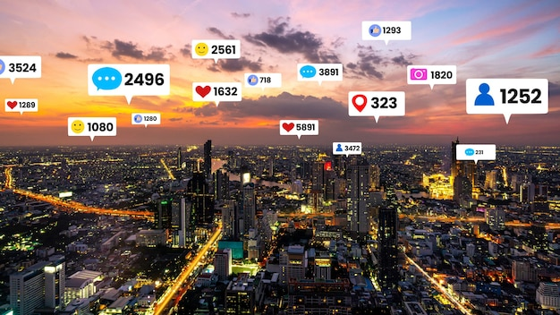 Le icone dei social media sorvolano il centro della città mostrando la connessione di coinvolgimento delle persone