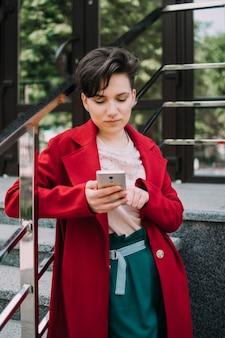 Social media influencer tecnologia giovani millennial people concept giovane ragazza bruna con short