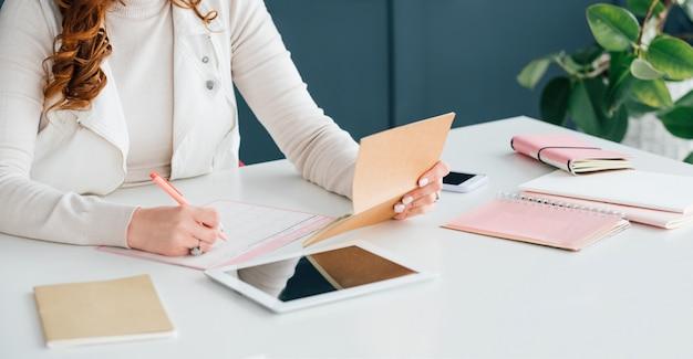 Social media marketing. smm lavoro di pianificazione donna esperta. priorità dell'agenda.