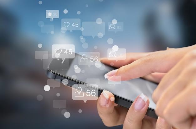 Concetto dello schermo delle icone virtuali di social media e marketing.