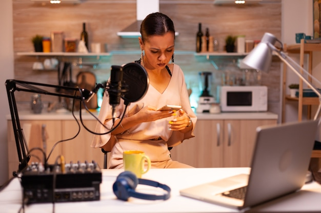 La star dei social media risponde alle domande online utilizzando il telefono nel podcast. spettacolo online creativo produzione in onda trasmissione su internet host in streaming di contenuti live, registrazione di media digitali