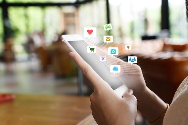 Social media con lo smartphone. concetto di tecnologia per internet delle cose.