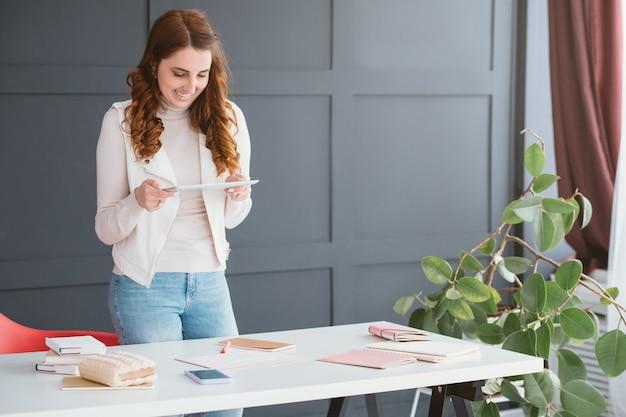 Affari sui social network. internet marketing. smm donna sul posto di lavoro che prende appunti nel programma.