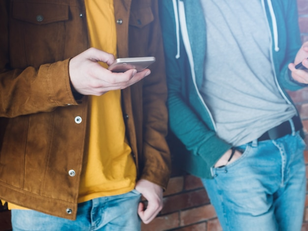 Social network. millennial con gli smartphone. navigare e chattare. comunicazione digitale.