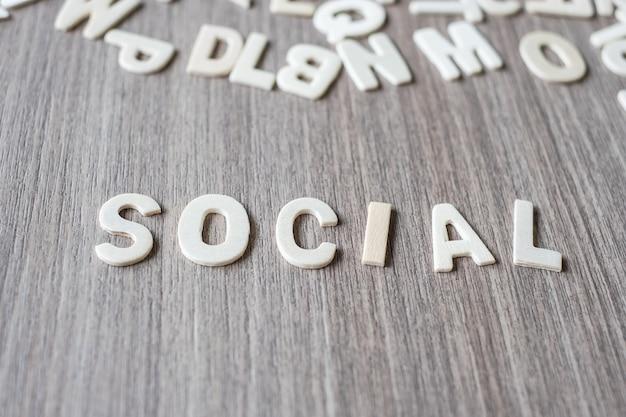 Parola sociale delle lettere di alfabeto in legno. concetto di business e idea