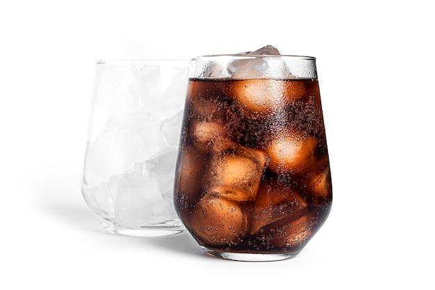 Soda con ghiaccio in un bicchiere trasparente isolato. bicchiere con ghiaccio e bicchiere con soda.