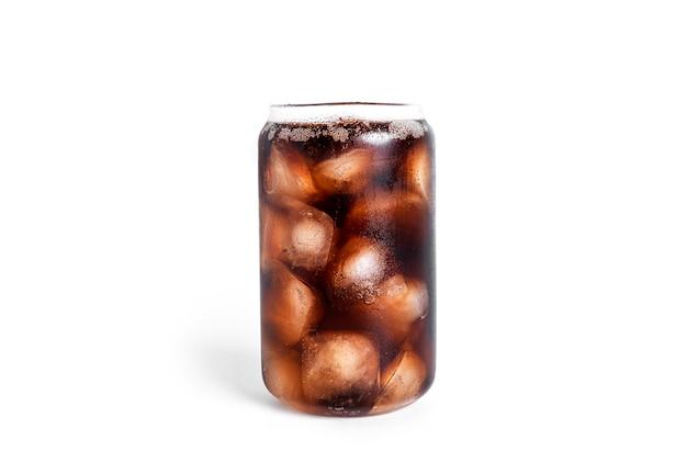 Soda con ghiaccio in un bicchiere trasparente isolato su bianco.