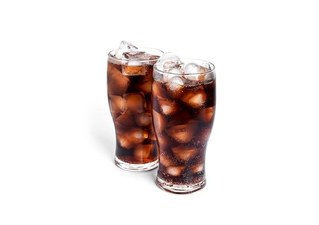 Soda con ghiaccio in bicchieri trasparenti isolati su sfondo bianco. foto di alta qualità
