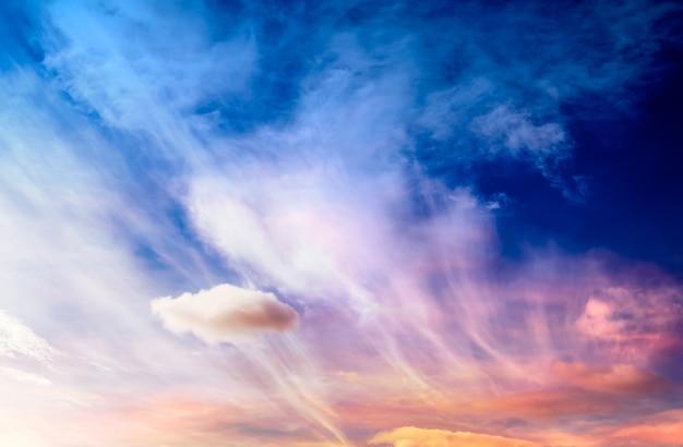 Cielo di fantasia con sfocatura morbida per materiale di sfondo