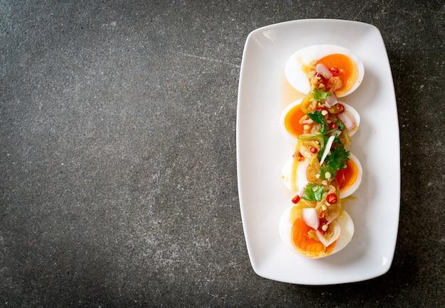 Insalata piccante di uova sode morbide - stile di cibo sano