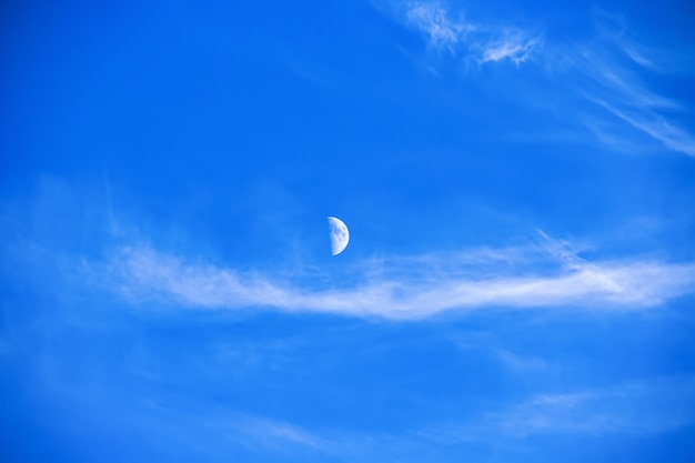 Nuvole morbide e la luna si incontrarono in un cielo azzurro brillante. bellezza naturale