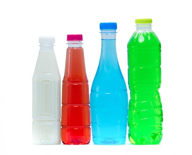 Bevanda analcolica e latte di soia in bottiglia di plastica e tappo con un moderno design di imballaggio su sfondo bianco con etichetta vuota. bottiglia per bevande bianca, arancione, blu e verde. bevande salutari e bevande gassate