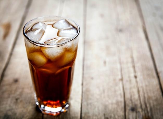 Bevanda analcolica su uno sfondo di legno