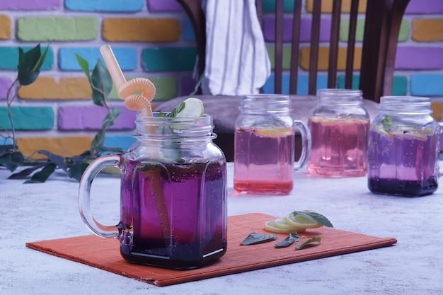 Bevande analcoliche con sfondo colorato