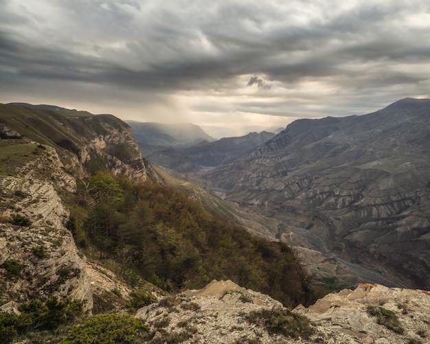 Focalizzazione morbida. bellissimo paesaggio panoramico sull'altopiano piovoso. cielo drammatico sulle cime delle montagne. sfondo mistico con montagne drammatiche.