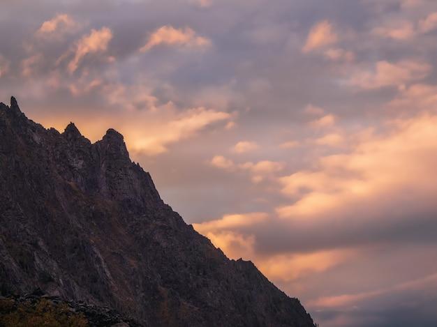 Focalizzazione morbida. montagne all'alba. paesaggio atmosferico con sagome di montagne sullo sfondo del cielo rosa dell'alba. paesaggi naturali colorati con tramonto o alba. tramonto in toni sbiaditi.