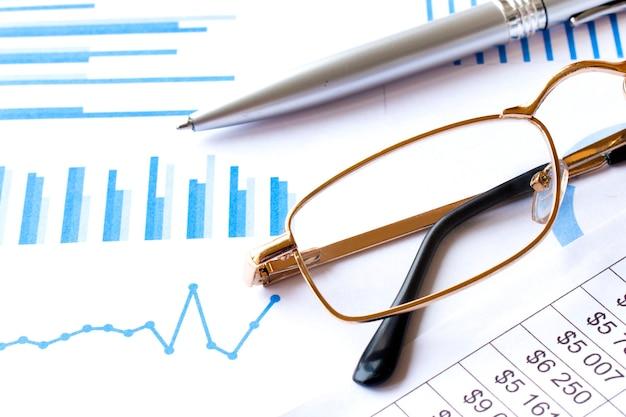 Soft focus penna e occhiali da vista su sfocatura dello sfondo del giornale