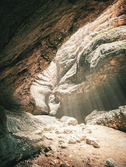 Focalizzazione morbida. gola di saltinskij con la luce del sole in daghestan. vista verticale.