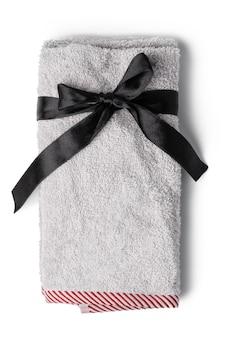 Asciugamano piegato morbido isolato su priorità bassa bianca