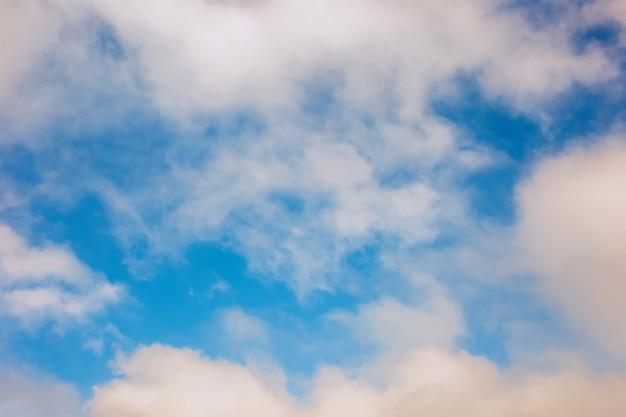 Morbide e delicate, ariose nuvole bianche contro il cielo azzurro. copia spazio