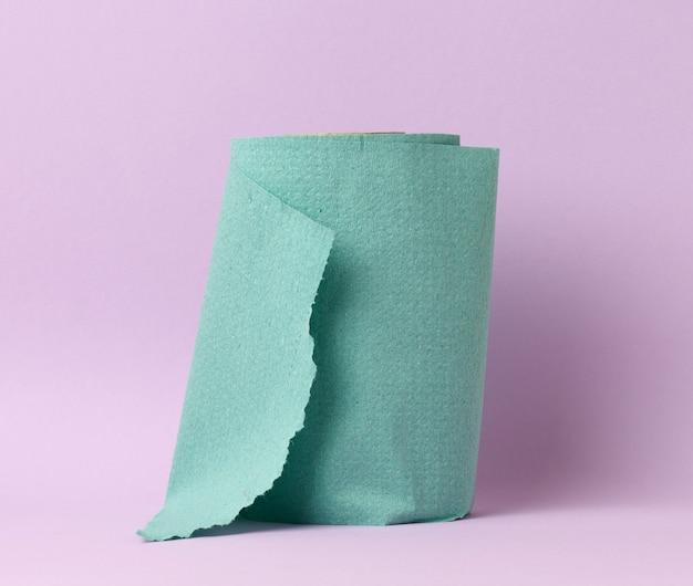Tovagliolo di carta verde morbido su uno sfondo viola, asciugamano da cucina usa e getta