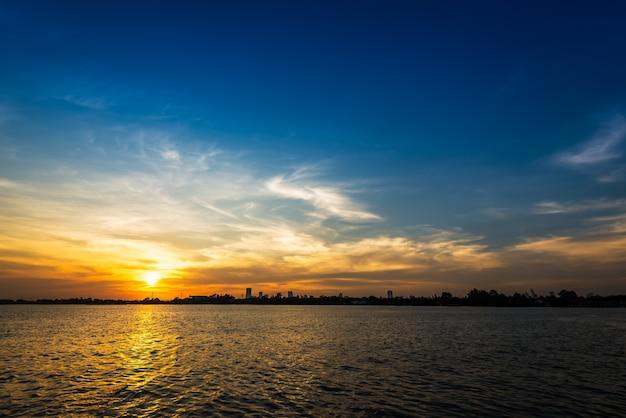 Nuvola morbida e sfocatura di movimento sul cielo blu in riva al fiume nel tempo del tramonto