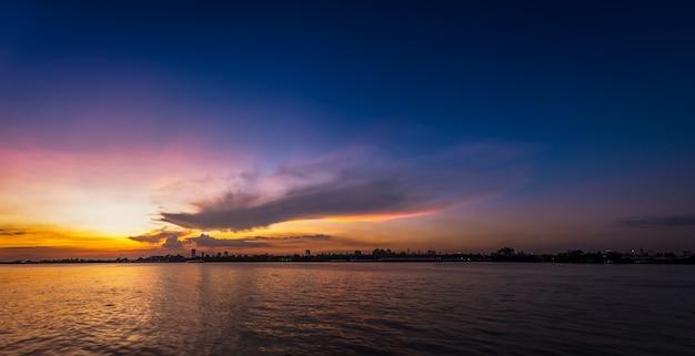 Nuvola morbida e sfocata sul cielo blu in riva al fiume all'ora del tramonto sunset