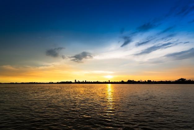Morbida e sfocata nuvola sul cielo blu in riva al fiume all'ora del tramonto