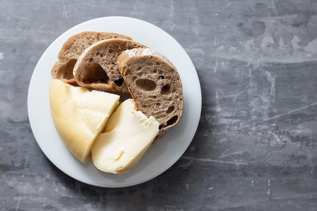 Formaggio portoghese a pasta molle con pane sulla zolla bianca