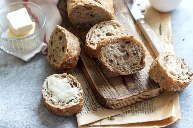 Morbide fette di pane profumato al burro su tavola di legno