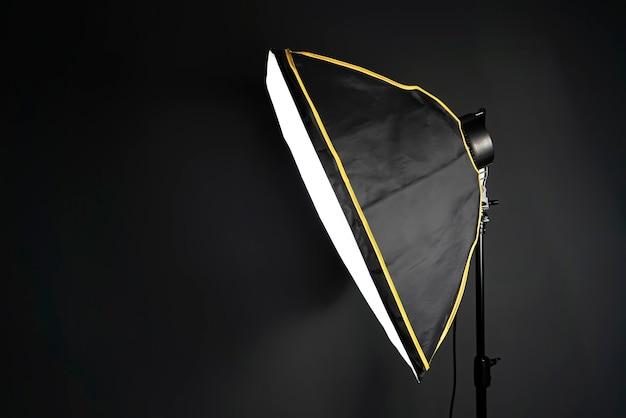 Softbox in uno studio fotografico sul nero