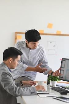 Incontro di sviluppatori software con designer