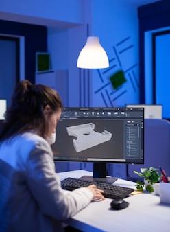 Ingegnere del software che lavora al progetto cad digitale a tarda notte in un'azienda d'ufficio