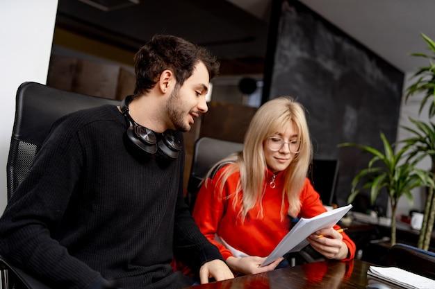 Ingegneri del software che lavorano su progetto e programmazione in azienda. progettazione del sito web. concetto di brainstorming.