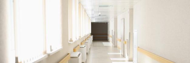 Luce solare brillante che splende dalle finestre del corridoio dell'ospedale