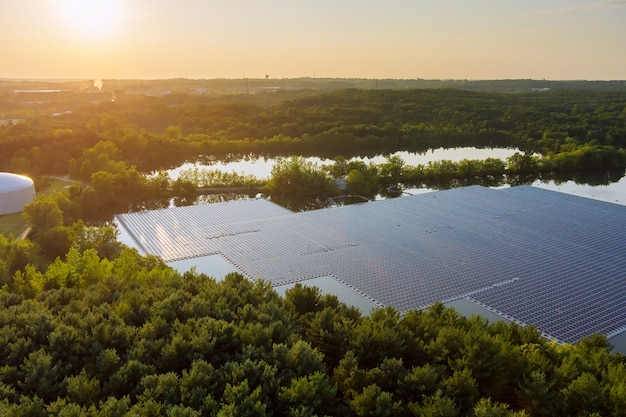 Piattaforma di celle solari sul lago in elettricità alternativa rinnovabile vista aerea di pannelli solari galleggianti