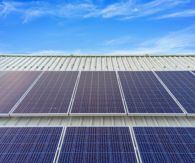 I pannelli solari installati sul tetto di un grande edificio sono pieni di sporco e polvere.