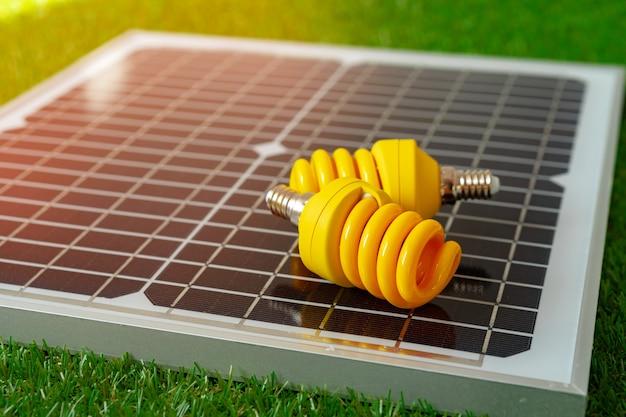 Pannello a energia solare e lampadina a energia verde