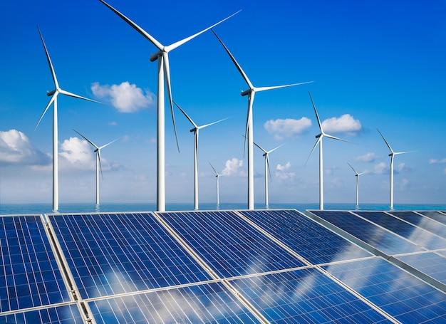 Cella fotovoltaica del pannello di energia solare e generatore di potenza dell'azienda agricola della turbina di vento nel paesaggio della natura