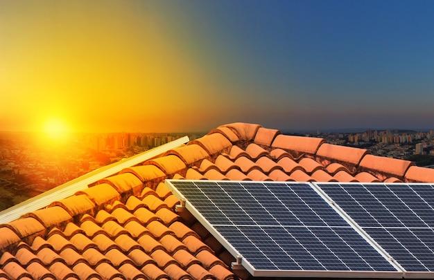 Pannelli a energia solare su un bellissimo sfondo della città del cielo al tramonto. spazio per il testo.