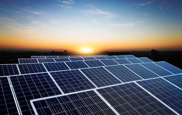 Centrale elettrica a energia solare su un bel cielo nuvoloso. spazio per il testo.