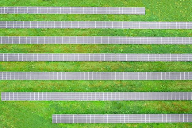 Fattoria solare sul campo, molti pannelli solari in fila. fonte di alimentazione alternativa