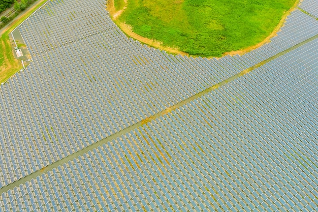 Vista aerea dell'array di pannelli solari del moderno sistema elettrico fotovoltaico